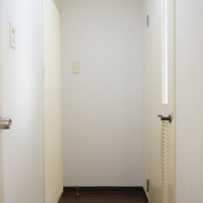 左手の脱衣所はアコーディオンパーテーションで仕切る、渋い※写真は前回掲載時のものです。