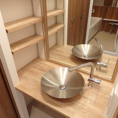 ステンレスの洗面台と一枚鏡!!