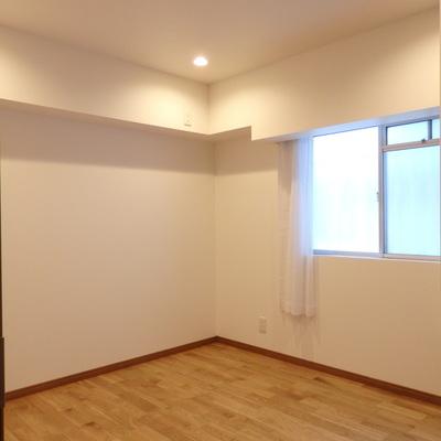 中央寝室。こちらもダウンライト調光付きです