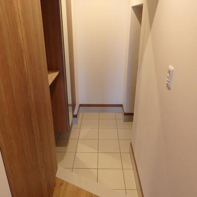 土間を広めにとったタイル張りの玄関