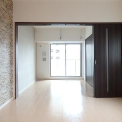 奥側は5.7帖の洋室です。南向きの光が入ります。※別部屋の写真です