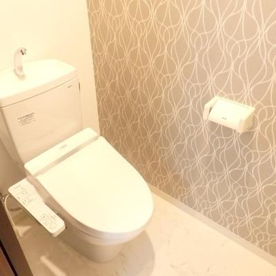 トイレの壁紙が個性的。※別部屋の写真です