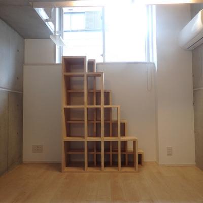 目の前の建具は階段です!