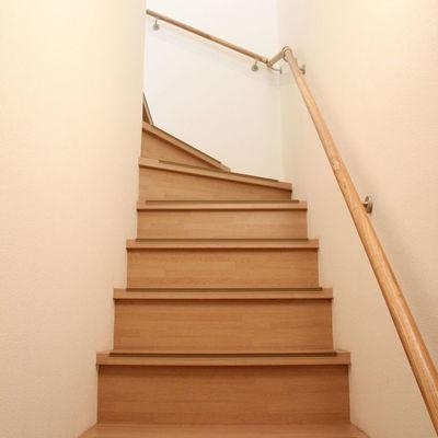 玄関開けるとすぐ階段です