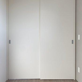 【寝室】約3.5帖のこぢんまりとした空間です