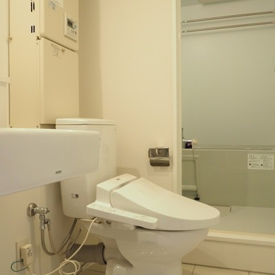 トイレは脱衣スペースに。床のタイル、掃除しやすそう