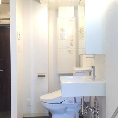 洗面台とトイレの脱衣所スペース