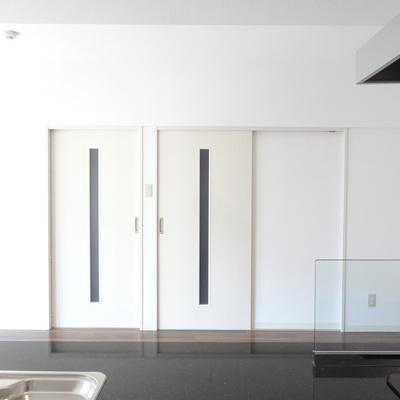 キッチンからの眺め。右が玄関へ、左はフリールームへの扉。