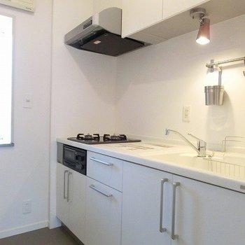 2口ガスコンロ・グリル付きの大理石キッチン※前回募集時の写真です