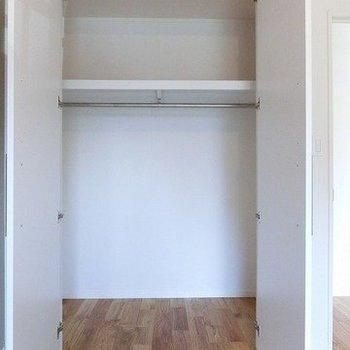 リビング横のお部屋には高さのあるクローゼット※前回募集時の写真です