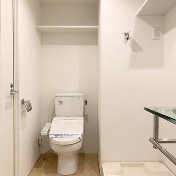 お隣にはおトイレ。こちらも上部に棚付です。