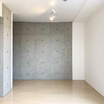 コンクリート打放しと白い壁の対比が素敵な1R。