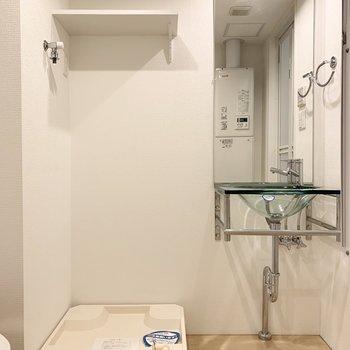 スタイリッシュな洗面台と上部に棚付の洗濯機置場。