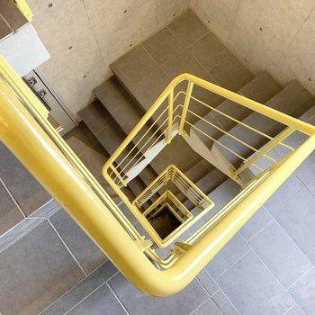 コンクリートと黄色い手摺とグレーのタイルの組み合わせ、いいな〜。