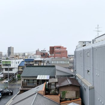ベランダはありませんが、窓からの眺望はこちら。あいにくのお天気ですが、抜け感がありますね◎