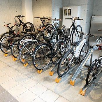 自転車置場はエントランス前に。雨風の心配のない位置です。