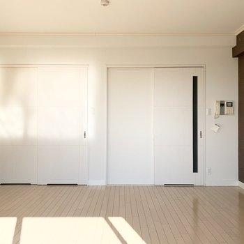 壁に写った光も素敵です。(※写真は12階の同間取り別部屋のものです)