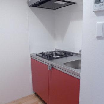 システムキッチンも赤!2口で使いやすいです。