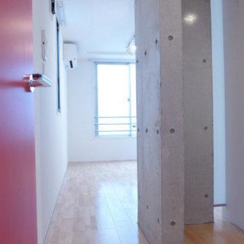 お部屋の赤い扉を開けるとコンクリの登場!