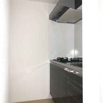 ダークトーンのシックなキッチン。(※写真は1階の同間取り別部屋のものです)