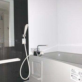 水回りは入って左手に浴室。(※写真は1階の同間取り別部屋のものです)