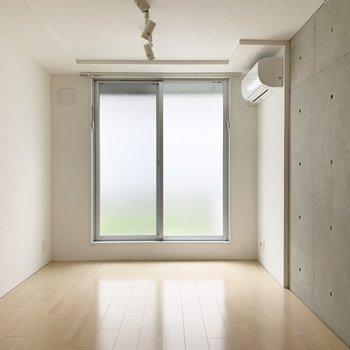 北向きですが電気を点けなくても明るい室内。(※写真は1階の同間取り別部屋のものです)