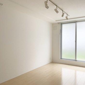 開閉は出来ませんが、角部屋ならではの2面採光。(※写真は1階の同間取り別部屋のものです)