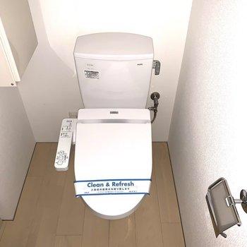 浴室向かいにトイレ。(※写真は1階の同間取り別部屋のものです)