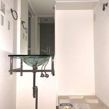 洗面台、洗濯機置場は入って正面に。トイレと同じ空間です。(※写真は1階の同間取り別部屋のものです)