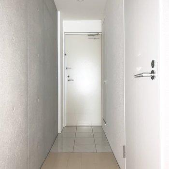 廊下に出て右手が水回り、正面が玄関。框がフラットなバリアフリー玄関です。(※写真は1階の同間取り別部屋のものです)