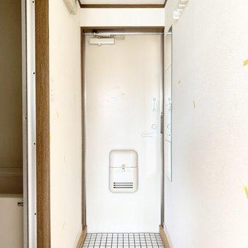 玄関も白タイル。小さなシューズラックを置くと良いかも。※写真はクリーニング前のものです