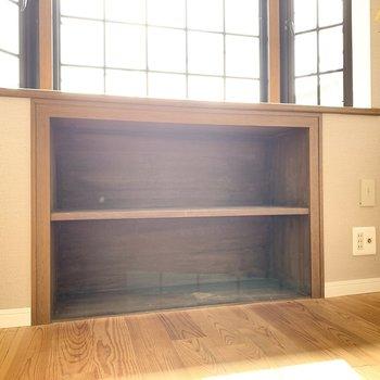 出窓の下は収納になっています。本などを入れたいな。※写真はクリーニング前のものです