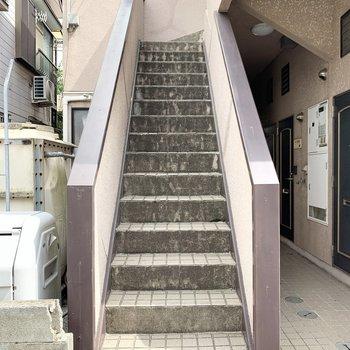 階段は少し狭めなので家具の搬入の際はご注意ください。