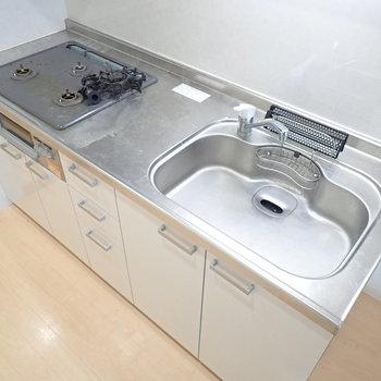 【LDK】さらにズームイン、ゆったりしたキッチンです。※写真はクリーニング前のものです
