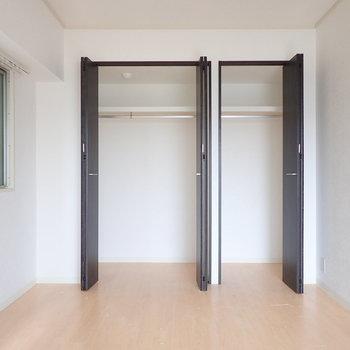 【洋室】ハンガーパイプ付きの収納、上部にある棚がうれしい。