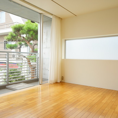 1面窓との2面採光で明るさバツグン!※1階の反転間取り別部屋の写真