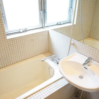 窓と乾燥機がうれしい♪※1階の反転間取り別部屋の写真