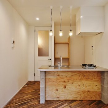 対面式キッチン。コンクリのブロックも無骨でいい