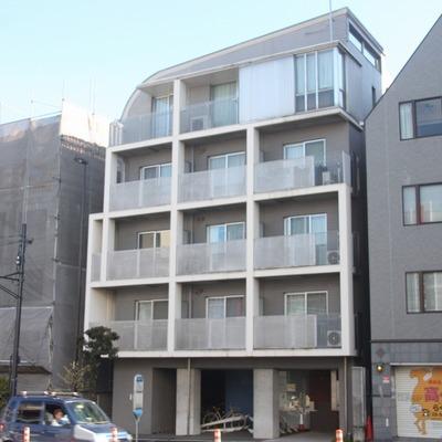 環七沿いのモダンな外観のマンションです