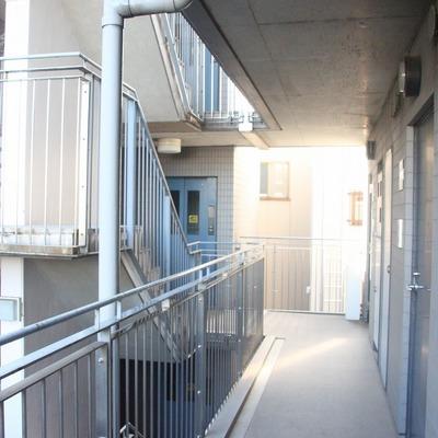 内部の共用廊下にも日差しが届きます