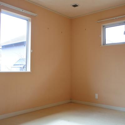 2階の寝室その2。こちらはオレンジ!