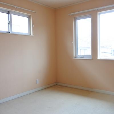 こちらが寝室その3です。淡いオレンジです。