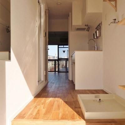 玄関は白タイルで爽やかさを演出。