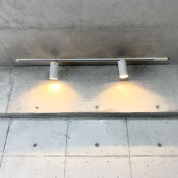 コンクリート壁側にライティングレールのスポットライト。(※写真は7階の反転間取り別部屋のものです)
