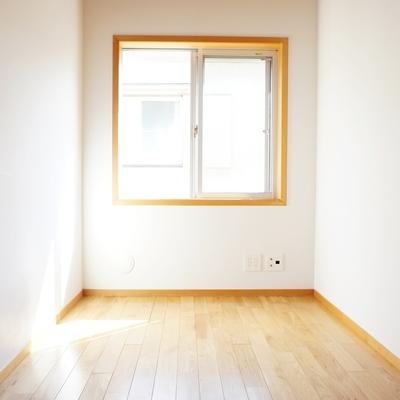 2階、収納が無いですが窓際にポールがあります。洋服はここに※写真は前回募集時の写真です