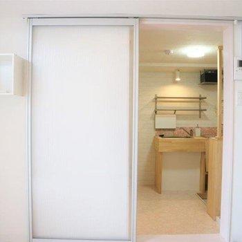 キッチンや玄関とは引き戸で仕切られています。※写真は前回募集時のものです