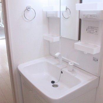 両側に収納を備えた、機能的な洗面台です