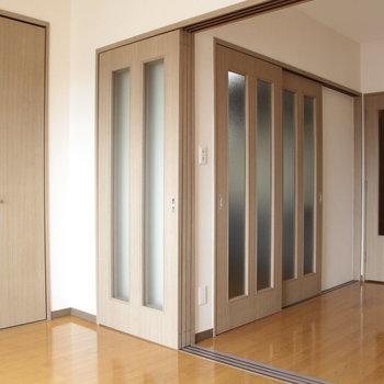 開くとキッチンです※写真は4階の同間取り別部屋のものです