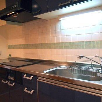 驚きのIH3口キッチン、しかも洗濯乾燥機付き!※写真は6階の反転間取り別部屋のものです