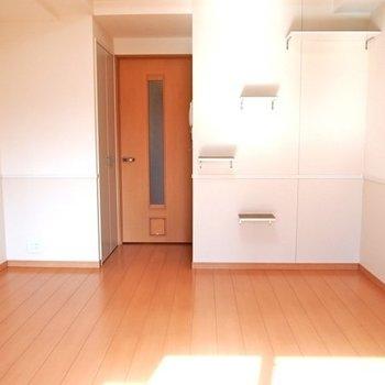 ペットドアと、明るい室内※写真は6階の反転間取り別部屋のものです